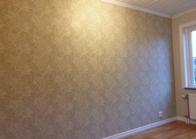 Tapetsering fondvägg med Sanderson Morris tapeter och målning av övriga väggar med Flutex S7 s1502-y